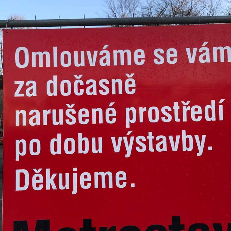 Placa de rua em Praga, tudo em Tcheco.